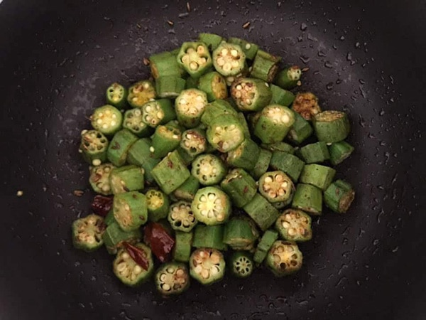 bhindi partially cooked in the frying pan
